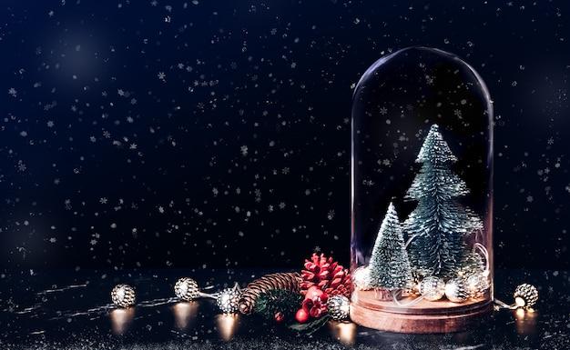 Feliz navidad con icono de caja de regalo y muérdago con árbol de navidad