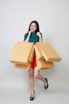 Feliz navidad mujer asiática de compras con bolsas de papel