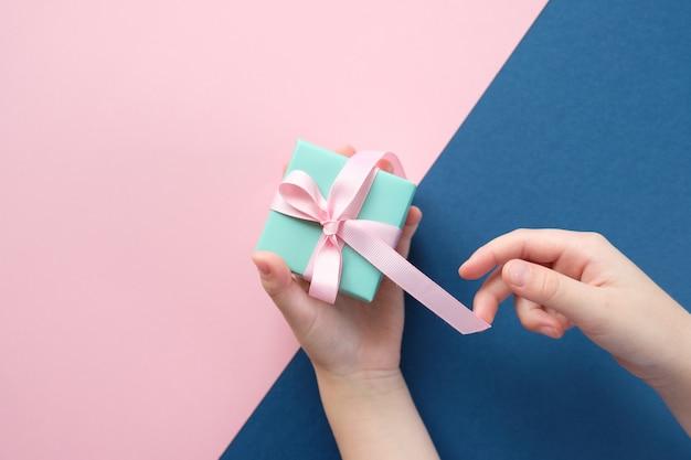 Feliz navidad y próspero año nuevo. fondo rosa y azul
