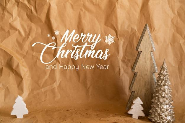 Feliz navidad y próspero año nuevo. papel artesanal con árboles de navidad de madera
