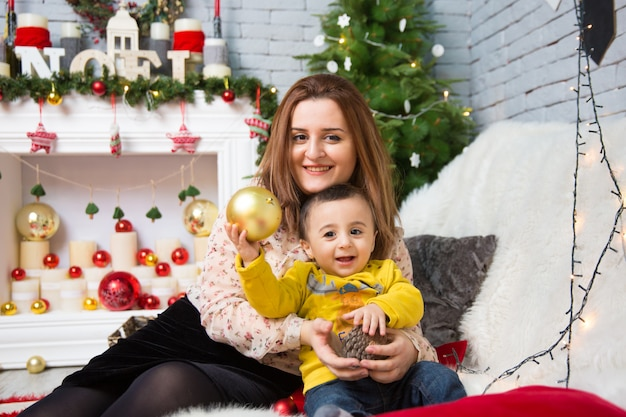 Feliz navidad retrato de feliz madre y bebé celebran la navidad.