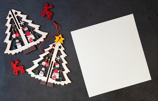 Feliz navidad tarjeta de felicitación en blanco sobre un fondo negro.