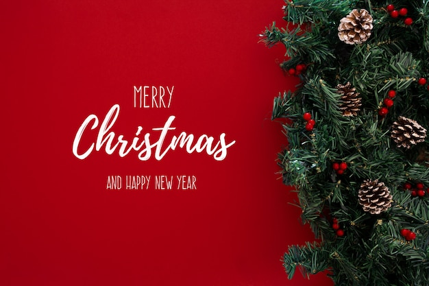 Feliz navidad tema sobre un fondo rojo con árbol de navidad