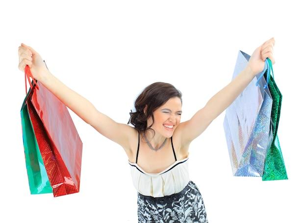 Feliz niña adulta joven, con bolsas codificadas por colores.