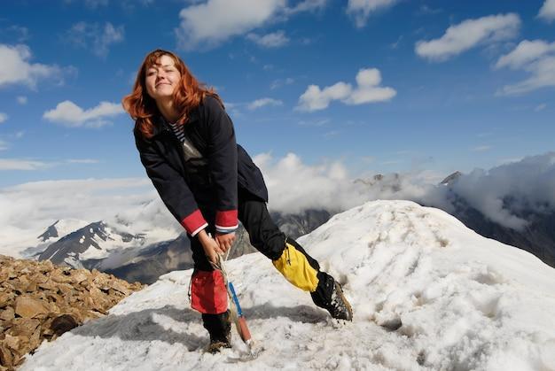 Feliz niña montañista