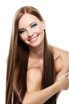 Feliz niña riendo con largo hermoso cabello lacio
