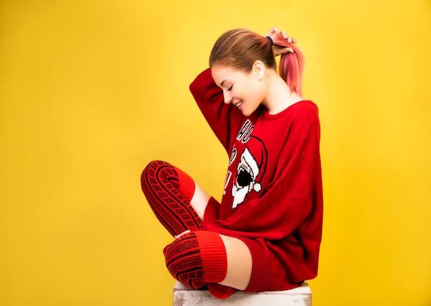 Feliz niña con traje rojo de invierno