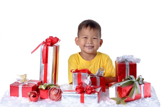 Feliz niño asiático con regalos de navidad. navidad o feliz año nuevo