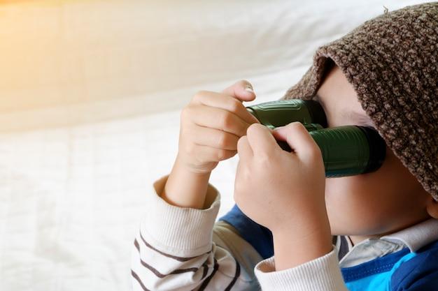 Feliz niño jugando con avión de juguete, niño pequeño asiático disfrutar de viajes, viajes y concepto de aventura