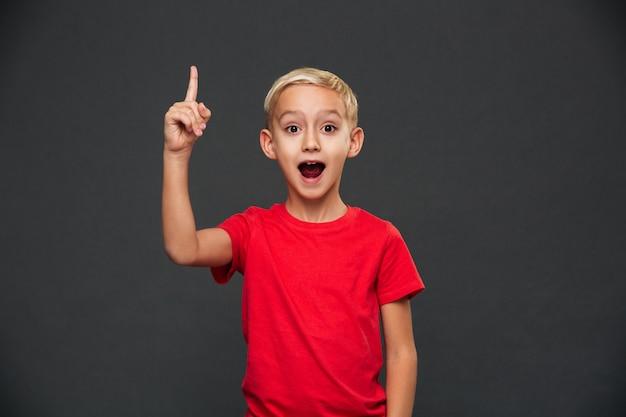 Feliz niño lindo niño tiene una idea.