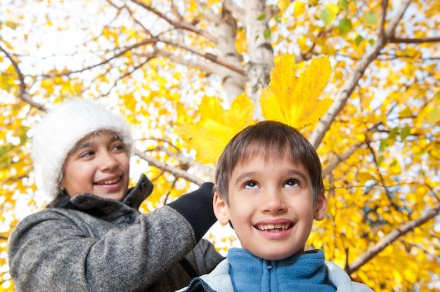 Feliz niños pequeños disfrutando de viaje