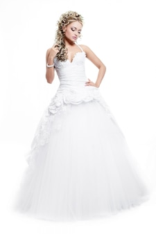 Feliz novia hermosa sonriente en vestido de novia blanco con peinado y maquillaje brillante
