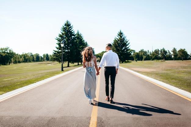 Feliz novia y el novio caminando después de la ceremonia de la boda