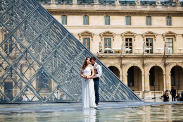 Feliz novia y el novio disfrutando de su boda en parís