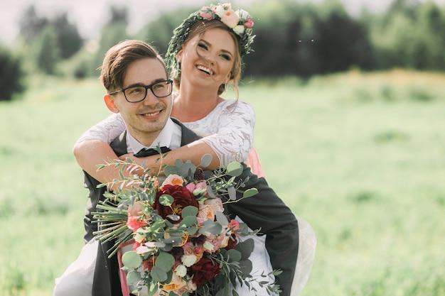 Feliz novia y el novio en un paseo en el primer día de la boda.