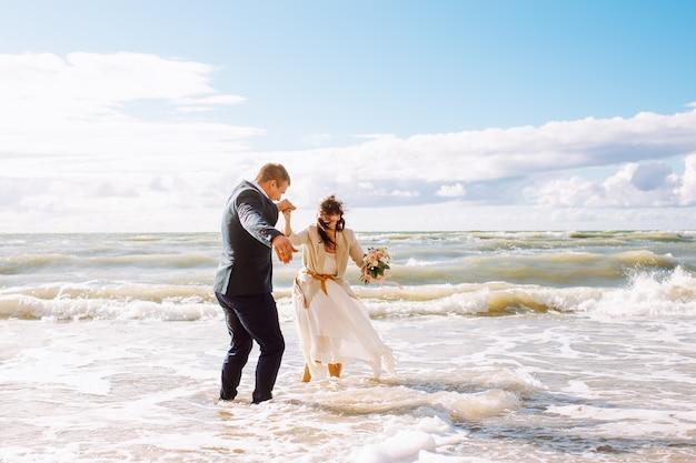 Feliz novia y el novio en la playa