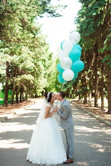Feliz novia y el novio en su boda.