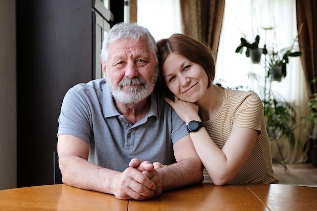 Feliz padre anciano anciano abuelo e hija adulta