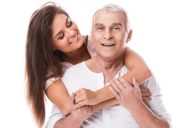 Feliz padre anciano y su hermosa hija
