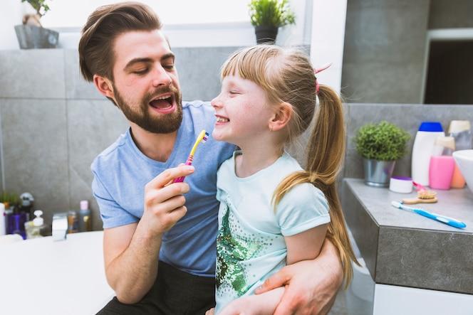 Feliz padre cepillarse los dientes de rdaughte