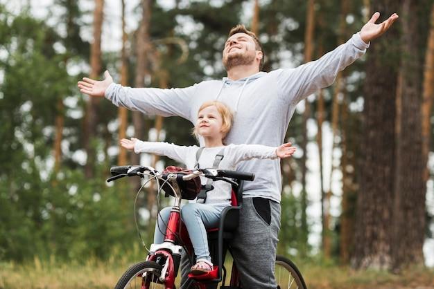 Feliz padre e hija en bicicleta
