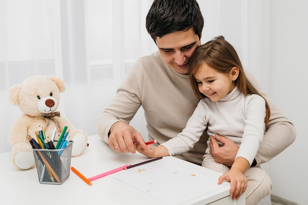 Feliz padre e hija en casa juntos