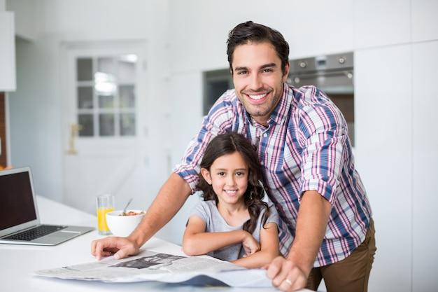 Feliz padre e hija en casa