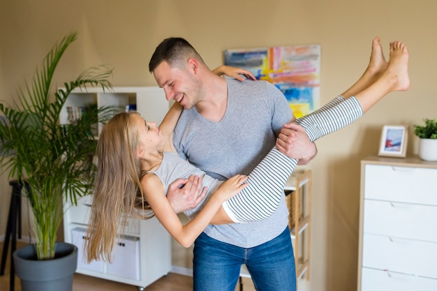 Feliz padre e hija pasar tiempo juntos