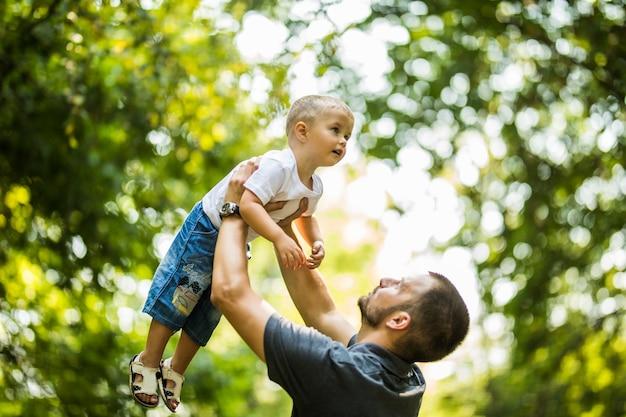 Feliz, padre e hijo, aire libre