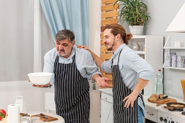 Feliz padre e hijo mirando un tazón