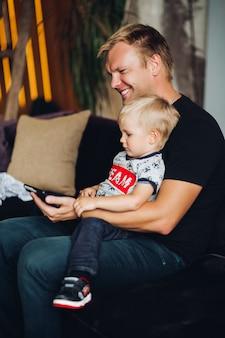 Feliz padre e hijo viendo caricaturas juntos