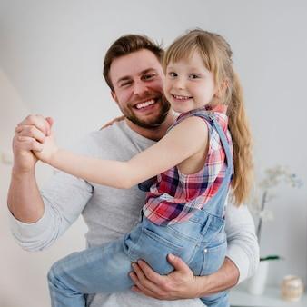 Feliz padre con hija