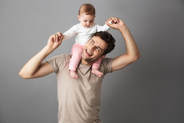 Feliz padre hombre llevando a su bebé recién nacido en el cuello
