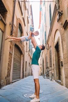 Feliz padre y niña adorable durante las vacaciones de verano italiano
