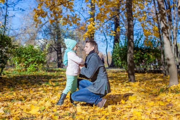 Feliz padre y niña en el parque otoño