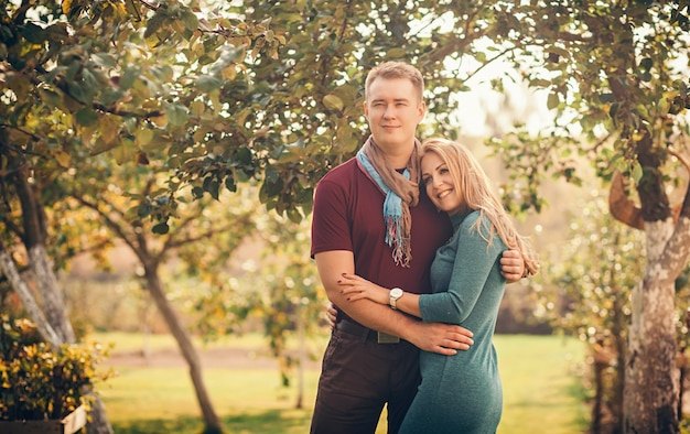 Feliz pareja abrazándose