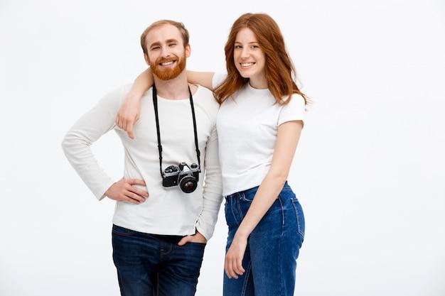 Feliz pareja adulta posando con cámara de fotos