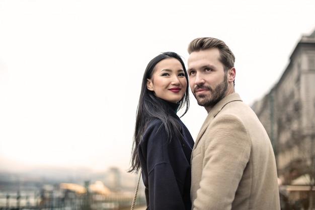 Feliz pareja adulta