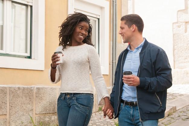 Feliz pareja alegre interracial disfrutando de la fecha