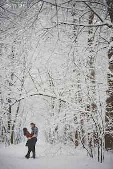 Feliz pareja amorosa actividades de temporada al aire libre. captura de estilo de vida