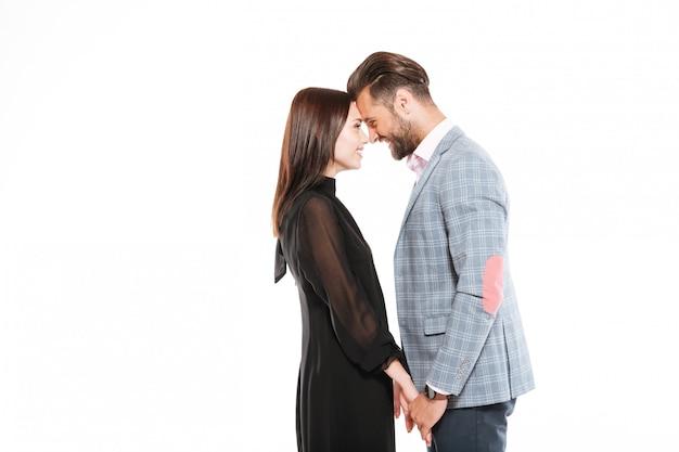 Feliz pareja amorosa joven de pie aislado