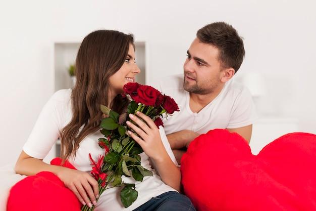 Feliz pareja amorosa con rosa roja