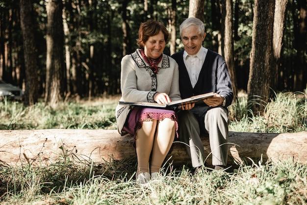 Feliz, pareja anciana