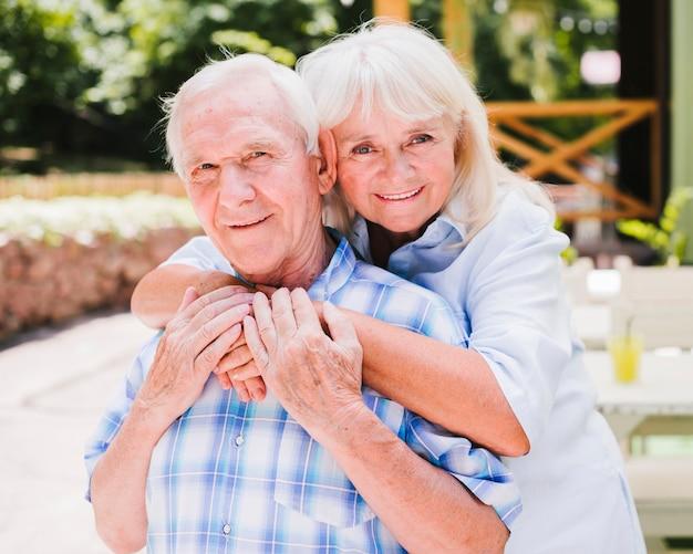 Feliz pareja de ancianos mirando a cámara
