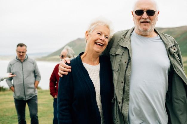 Feliz pareja de ancianos que se abrazan