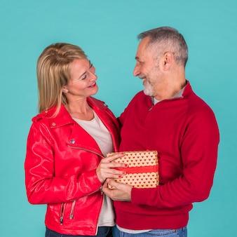 Feliz pareja de ancianos con regalos