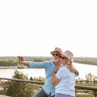Feliz pareja de ancianos tomando una selfie