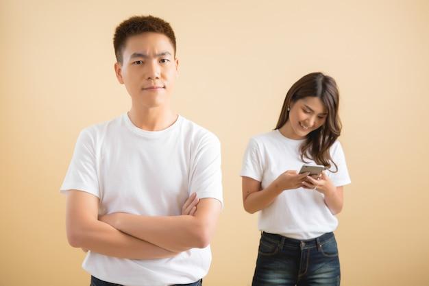 Feliz pareja asiática en estudio