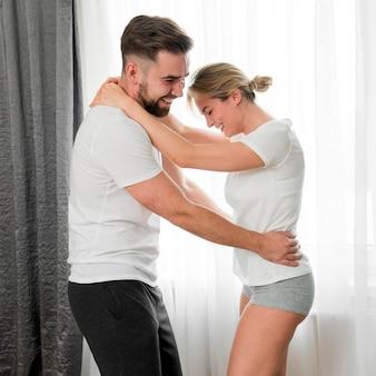 Feliz pareja bailando y abrazando en el interior