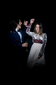 Feliz pareja bailando en fiesta